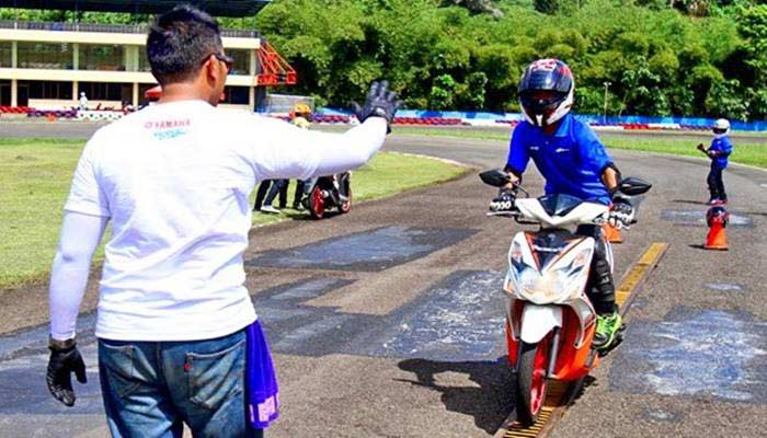 4 Teknik Dasar Safety Riding Berkendara Motor